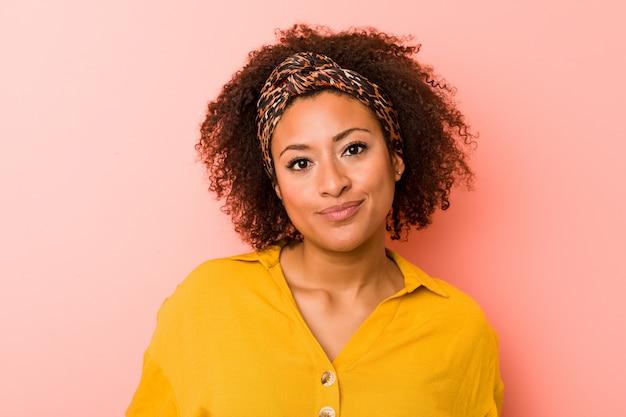Młoda amerykanin afrykańskiego pochodzenia kobieta przeciw menchii