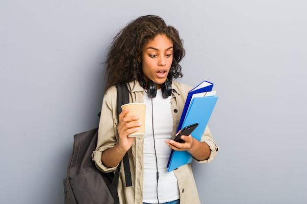 Młoda amerykanin afrykańskiego pochodzenia kobieta przygotowywająca iść szkoła