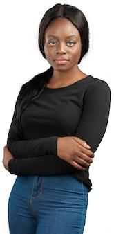 Młoda amerykanin afrykańskiego pochodzenia kobieta z rękami krzyżować