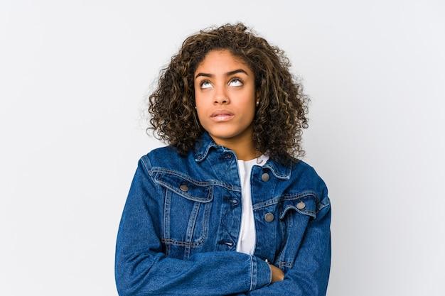 Młoda amerykanin afrykańskiego pochodzenia kobieta zmęczona powtarzalnym zadaniem.