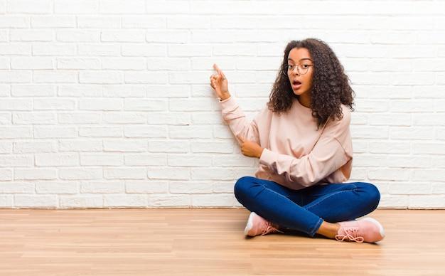 Młoda amerykanin afrykańskiego pochodzenia murzynka czuje zszokowanego i zaskoczonego