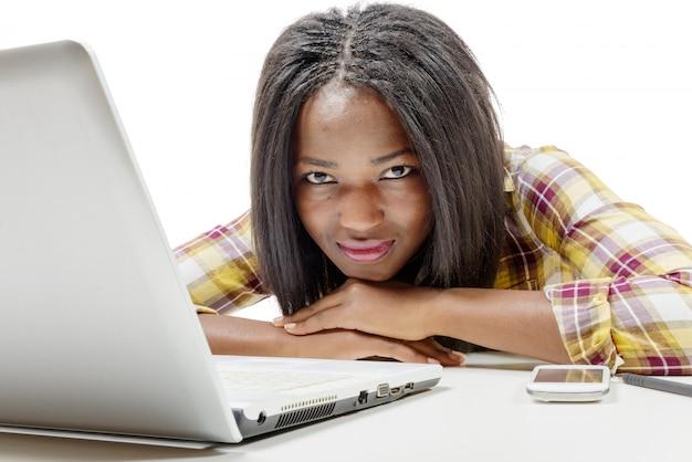 Młoda amerykanin afrykańskiego pochodzenia nastoletnia dziewczyna z laptopem
