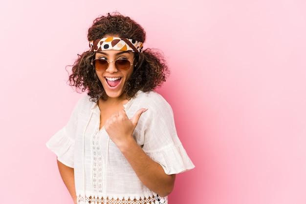 Młoda amerykanina afrykańskiego pochodzenia modnisia kobieta odizolowywająca na menchiach