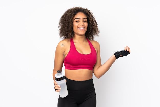 Młoda amerykanina afrykańskiego pochodzenia sporta kobieta odizolowywająca na bielu z sporta bidonem