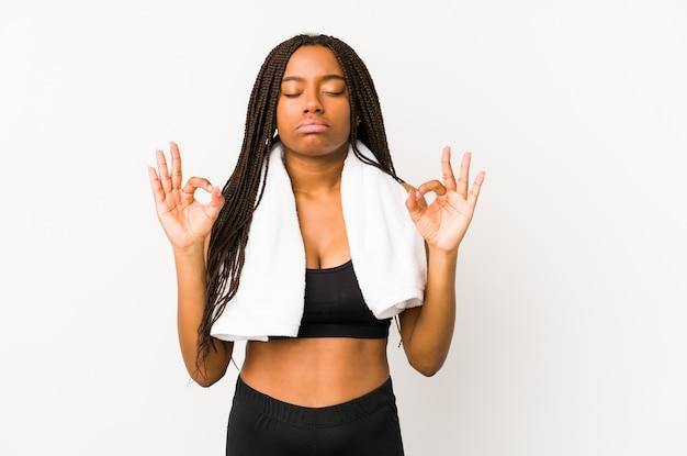 Młoda amerykanina afrykańskiego pochodzenia sporta kobieta relaksuje po ciężkiego pracującego dnia