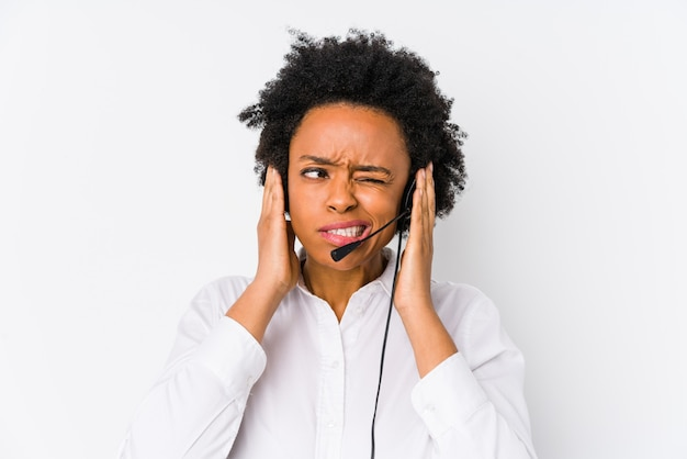 Młoda amerykanina afrykańskiego pochodzenia telemarketer kobieta odizolowywał nakrywkowych ucho z rękami.