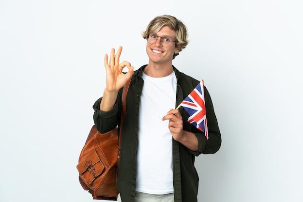 Młoda angielka kobieta trzyma flagę zjednoczonego królestwa przedstawiający znak ok palcami