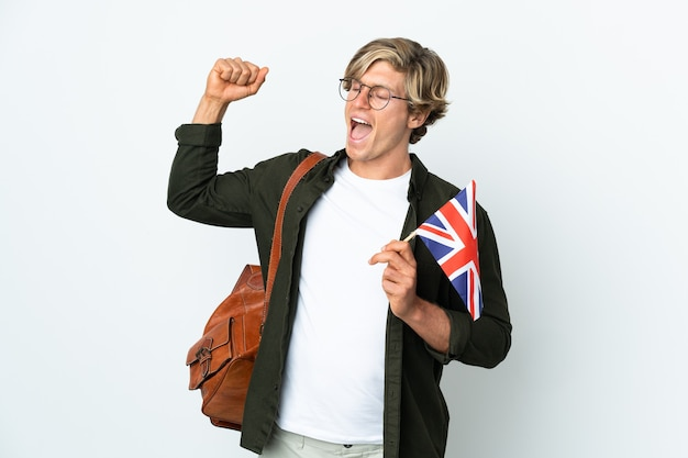 Młoda angielka trzyma flagę wielkiej brytanii świętuje zwycięstwo