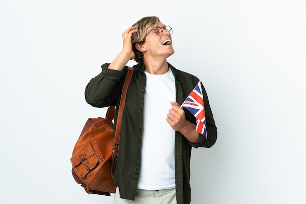 Młoda angielka trzymająca flagę zjednoczonego królestwa dużo się uśmiecha