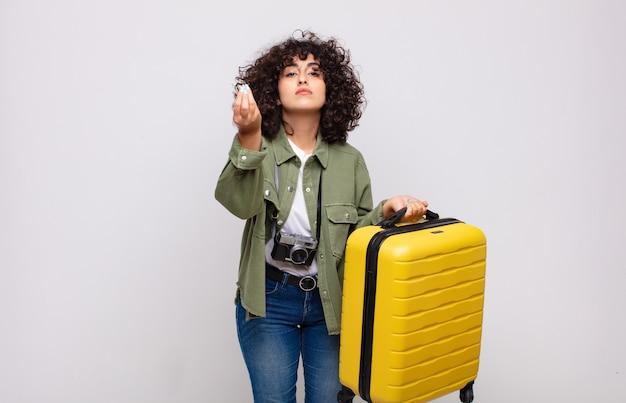 Młoda arabka robi gest kaprysu lub pieniędzy i każe spłacić swoje długi! koncepcja podróży
