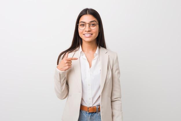 Młoda arabska kobieta biznesu samodzielnie na białym tle osoba wskazując ręką na koszulkę