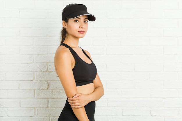 Młoda arabska kobieta ubrana w sportowe ubrania i daszek