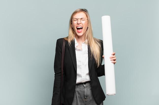 """Młoda architektka krzycząca agresywnie, wyglądająca na bardzo złą, sfrustrowaną, oburzoną lub zirytowaną, krzyczącą """"nie"""""""