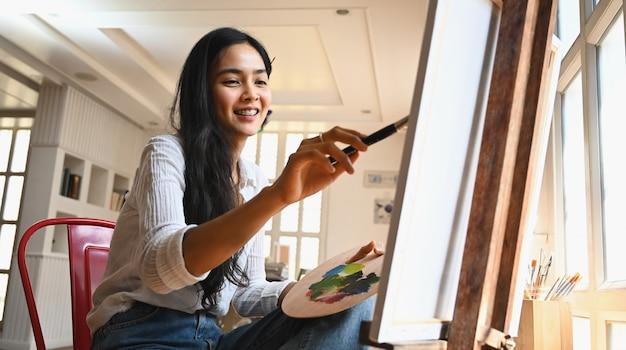 Młoda artysta dziewczyna rysunek na płótnie.