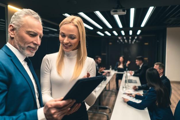 Młoda asystentka biznesowa ze swoim szefem