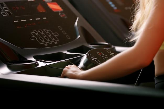 Młoda atleta robi ćwiczeniu na bieżni