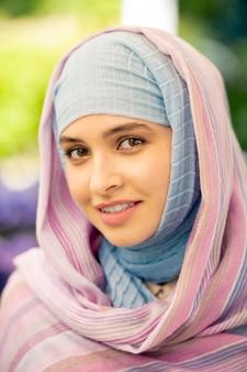 Młoda atrakcyjna arabska kobieta z naturalnym makijażem w stojącej hidżabie