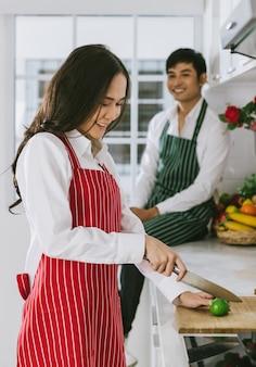 Młoda atrakcyjna azjatycka para w kuchni.