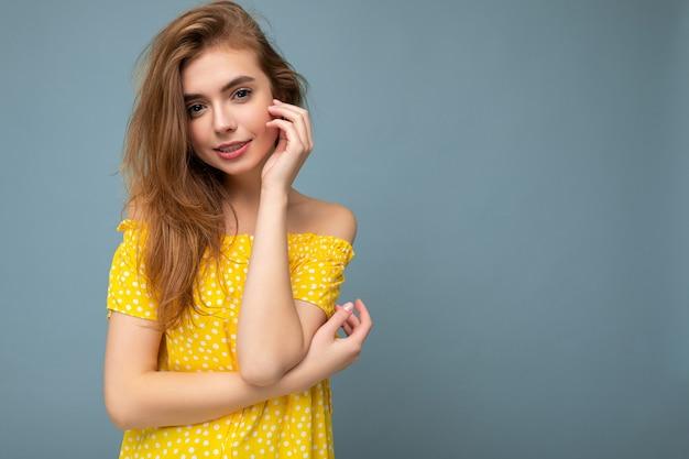 Młoda atrakcyjna blondynka żeńska osoba ze szczerymi emocjami na białym tle