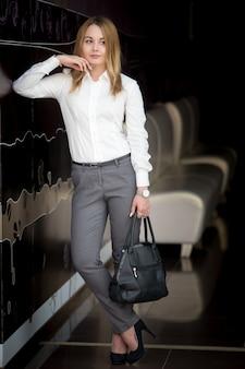 Młoda atrakcyjna businesswoman