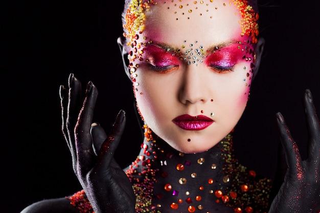 Młoda atrakcyjna dziewczyna w jasnym makijażu sztuki, malowanie ciała. profil