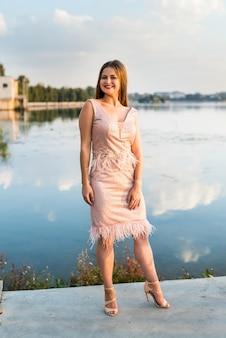 Młoda atrakcyjna dziewczyna w letniej sukience pozowanie na zewnątrz