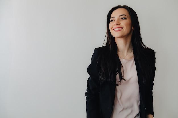 Młoda atrakcyjna kobieta emocjonalne w ubrania w stylu biznesowym