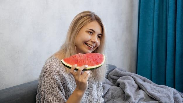 Młoda atrakcyjna kobieta jedzenie arbuza