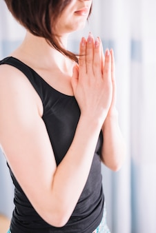 Młoda atrakcyjna kobieta medytuje w domu