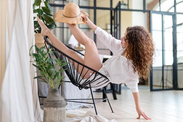 Młoda atrakcyjna kobieta na balkonie w nowoczesnym lofcie