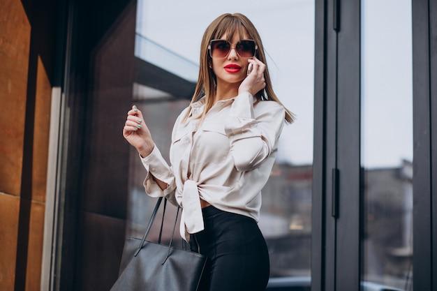 Młoda atrakcyjna kobieta rozmawia przez telefon
