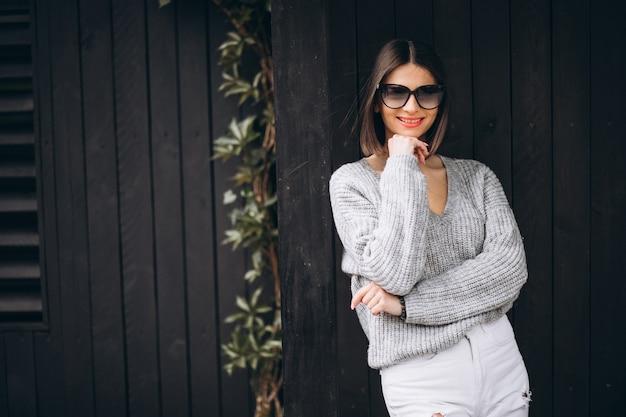 Młoda atrakcyjna kobieta w białych dżinsach na zewnątrz ulicy
