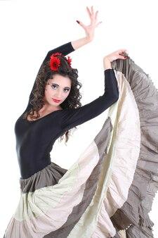 Młoda atrakcyjna kobieta w długiej spódnicy tańczy