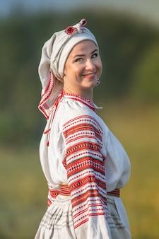 Młoda atrakcyjna kobieta w haftowanej lnianej koszuli. ukraińskie stroje narodowe.