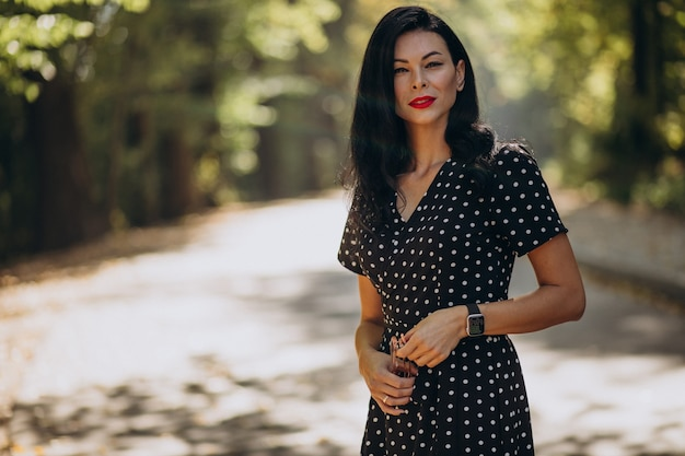 Młoda atrakcyjna kobieta w klasycznej sukni stojącej w lesie