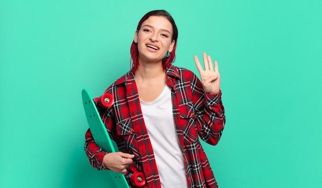 Młoda atrakcyjna kobieta z czerwonymi włosami, uśmiechnięta i wyglądająca przyjaźnie