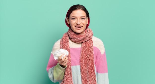 Młoda atrakcyjna kobieta z czerwonymi włosami wygląda na szczęśliwą i mile zaskoczoną, podekscytowana zafascynowaną i zszokowaną koncepcją grypy