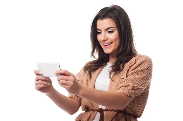Młoda atrakcyjna kobieta za pomocą telefonu komórkowego