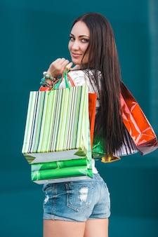 Młoda atrakcyjna kobieta zakupy i rozmawia przez telefon komórkowy