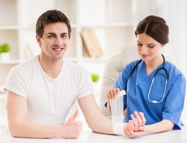 Młoda atrakcyjna kobiety lekarka z stetoskopem.