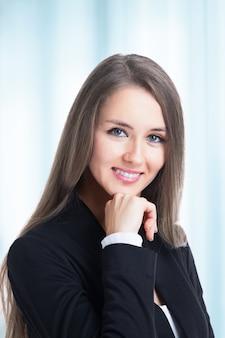 Młoda atrakcyjna, odnosząca sukcesy biznesowa kobieta z ufnością czeka