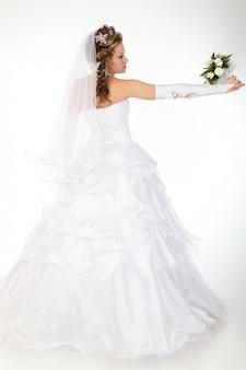 Młoda atrakcyjna panna młoda z bukietem białe róże