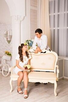 Młoda atrakcyjna romantyczna para. miłość i relacje styl życia, wnętrze sypialni.
