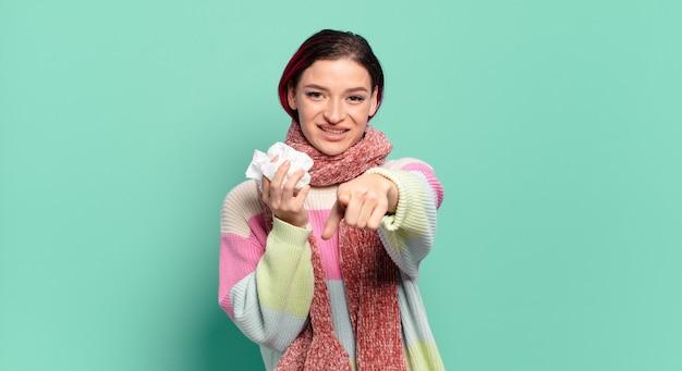 Młoda atrakcyjna rudowłosa kobieta wskazująca na aparat z zadowolonym, pewnym siebie, przyjaznym uśmiechem, wybierająca koncepcję grypy
