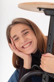 Młoda atrakcyjna uśmiechnięta kaukaska kobieta na białym tle studia