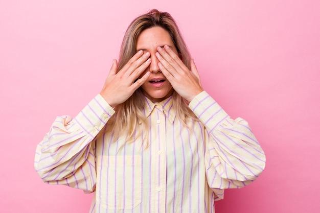 Młoda Australijska Kobieta Na Białym Tle Boi Się Zasłaniając Oczy Rękami. Premium Zdjęcia
