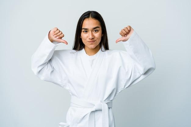 Młoda azjatka uprawiająca karate czuje się dumna i pewna siebie, przykład do naśladowania.