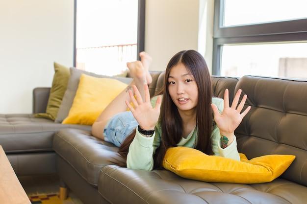 Młoda azjatka wyglądająca na zdenerwowaną, zaniepokojoną i zaniepokojoną, mówiąca, że to nie moja wina albo nie zrobiłem tego