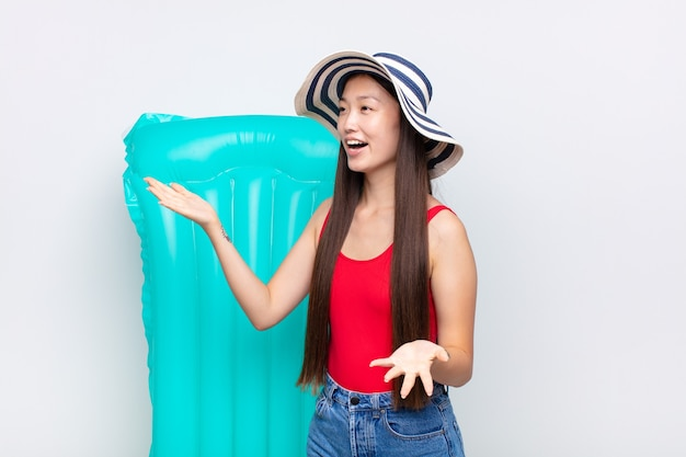 Młoda azjatka wykonująca operę lub śpiewająca na koncercie lub pokazie, czująca się romantycznie, artystycznie i namiętnie. koncepcja lato