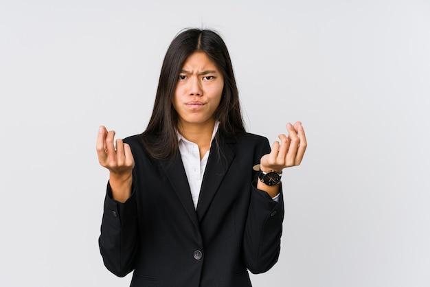 Młoda azjatycka biznesowa kobieta pokazuje, że nie ma pieniędzy.